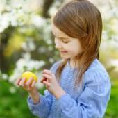 Little girl with Easter egg — Foto de Stock