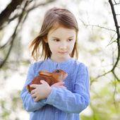 Niña con conejito de pascua — Foto de Stock