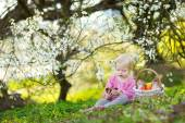 Girl eating Easter chocolate bunny — Foto de Stock
