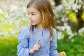 Little girl with Easter egg — Stock Photo