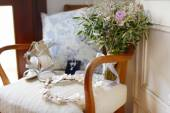Wedding flowers and bridal shoes — Стоковое фото