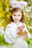 Bambina nelle orecchie del coniglietto di pasqua — Foto Stock