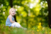 Oddler girl sitting on grass — Stock Photo