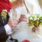 Bride and groom with champagne glasses — Stock Photo