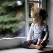 Toddler girl looking at window — Foto Stock