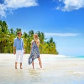 Young couple on tropical island — Stock Photo