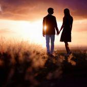 Young couple enjoying sunset — Stock Photo