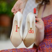 Bridesmaid displaying bride's shoes — Stock Photo