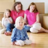 Mały Przedszkolak dziewczyny z zabawkami — Zdjęcie stockowe