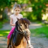 小女孩骑小马 — 图库照片
