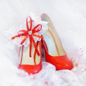 Bright red bridal heels — Stockfoto