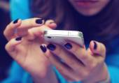 Female hands with mobile phone — ストック写真
