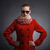 サングラスを身に着けている赤いコートの女 — ストック写真