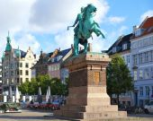 The equestrian statue of Bishop Absalon on  the Hojbro Plads. — Stock Photo