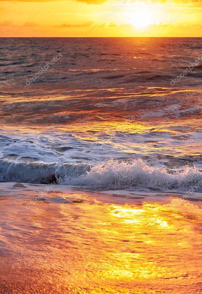 在泰国普吉岛迈考海滩上的日落