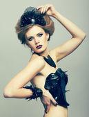 溶融ビニール ディスクのドレスを着た女性 — ストック写真