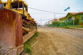 Старые бульдозер на улице Северной Якутии поселения Chokurd — Стоковое фото