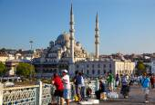 A fishemen on Galata Bridge in front of New Mosque in Istanbul — Stock Photo