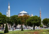 The view of Hagia Sophia through the trees of Sultan Ahmet Park, — Stock Photo