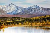 Autumn landscape lake and mountains — Stock fotografie