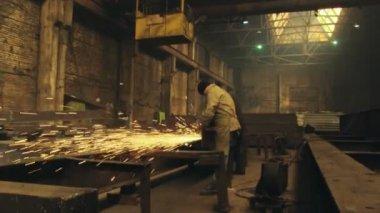 Worker with circular saw — 图库视频影像