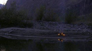 Táborák na břehu řeky — Stock video