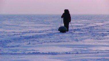 Man in snow desert at sunset — Stock Video