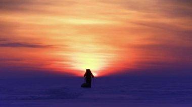 Человек в пустыне снег на закате — Стоковое видео