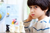 Boy playing a game of chess — Stock Photo