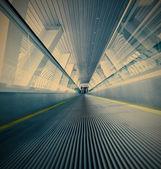 青いエスカレーターの移動 — ストック写真