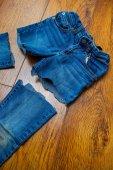 Katt gamla jeans — Stockfoto