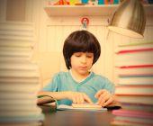 Dziecko czytając książkę — Zdjęcie stockowe