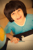 Lachende jongen huiswerk op computer — Stockfoto