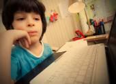 Uzaktan eğitim, okul öncesi çocuk bilgisayar ile — Stok fotoğraf