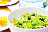 Assorted salad of green leaf lettuce with squid and black olives — Zdjęcie stockowe