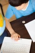 Pojken gör läxor — Stockfoto