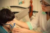 Doctor pediatrician spends boy inhalation — Stock Photo