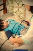 Médecin pédiatre mesure la pression artérielle — Photo