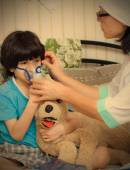 Children's physician spends boy inhalation session — Stock Photo