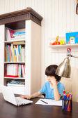 Estudante fazendo lição de casa — Fotografia Stock