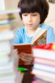Niño leyendo un libro — Foto de Stock