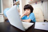 Chłopiec z komputera, kształcenie na odległość — Zdjęcie stockowe
