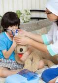 Rodinný lékař tráví chlapec inhalační sezení — Stock fotografie
