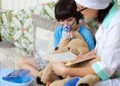 Children's doctor spends boy inhalation session — Stock Photo
