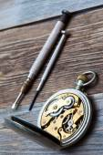 Reverse side of the vintage pocket watch and a screwdriver — Foto Stock