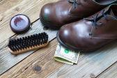 Shoe Shine for money, service — Stock Photo