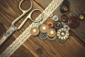 Bottoni vintage, pizzo e un paio di forbici del sarto da donna — Foto Stock