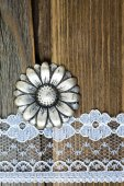 Vintage Button und Spitzen Band auf alten Holzoberfläche — Stockfoto