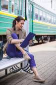 Beautiful woman traveler taking notes in a notebook — Stock Photo