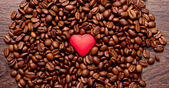 Coeur rouge sur les grains de café — Photo